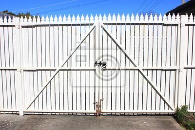 White Streikposten Zaun Tore In Einfahrt Im Vorstadthaus Fototapete