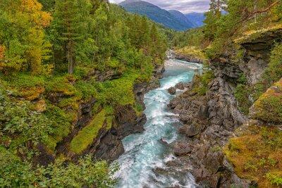 Fototapete Wild Berg Fluss zwischen steilen Klippen