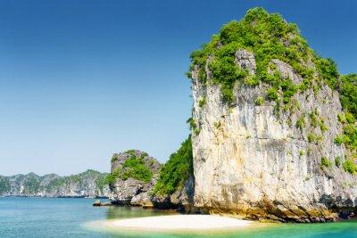Fototapete Wildstrand auf unbewohnten tropischen Insel in der Ha Long Bay