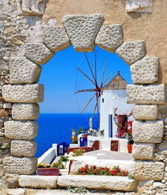 Fototapete Windmill durch ein altes Fenster in der Insel Santorin, Griechenland