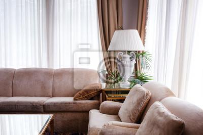Fototapete Wohnzimmer Interieur In Warmen Tönen. Zwei Ledersofas Mit  Kissen, Lampe Auf Dem Tisch