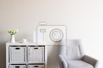 Wohnzimmer Mit Retro Grau Sessel Weisse Rosen Tasse Und Untertasse