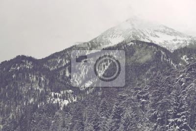 Fototapete Wolken bewegen über fernen Bergspitze