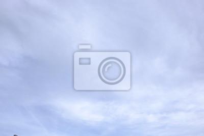Wolken in den strahlend blauen Himmel