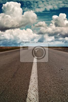 Wolken über einer Autobahn