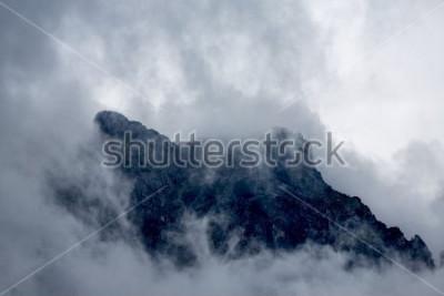 Fototapete Wolken um die Spitze eines Berges in den Alpen, Europa, Österreich