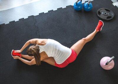 Fototapete Woman Entwurmung und Stretching ihren Körper im Fitnessstudio