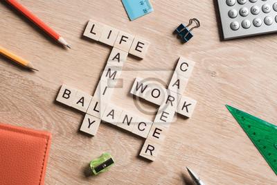 Fototapete Wörter arbeiten das Gleichgewicht und Familie auf dem Tisch mit Holzwürfeln gesammelt