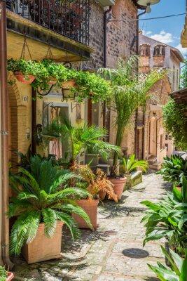 Fototapete Wunderschöne dekorierte Straße in kleinen Stadt in Italien, Umbrien