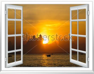 Fototapete Wunderschöner Sonnenuntergang am Meer mit geöffneten Vorhängen aus dem Fenster