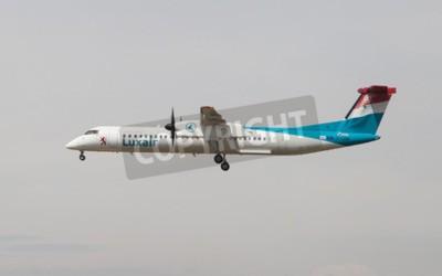 Fototapete Barcelona, Spanien - 18. April 2015: Ein Luxair Bombardier Dash 8 nähert sich bis zum Flughafen El Prat in Barcelona, Spanien.