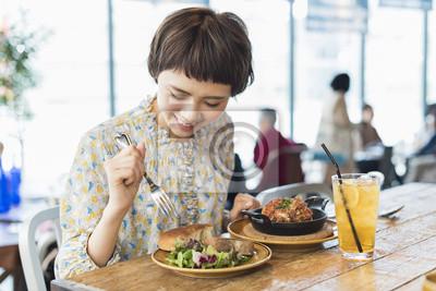 Fototapete カフェでランチを食べる女性