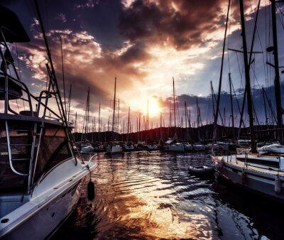 Fototapete Yacht-Anschluss an dramatischen Sonnenuntergang