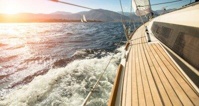 Fototapete Yacht Segeln in Richtung Sonnenuntergang. Segeln. Luxusyachten.