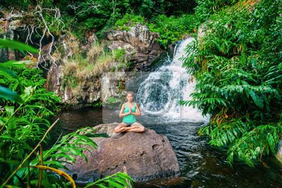Retro Kühlschrank Yoga : Yoga frau meditiert am wasserfall üppigen wald in kauai hawaii