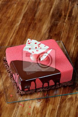 Zeitgenossische Square Mousse Kuchen Mit Roten Samt Spray Und