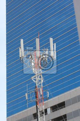 Zellenstandort, Telekommunikation Funkturm oder Mobiltelefon-Basisstation mit der Spitze der Antennen mit dem Bau Hintergrund.