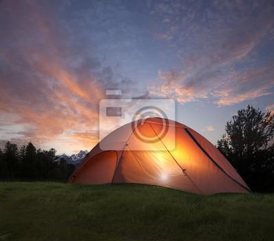 Zelt mit Licht in der Abenddämmerung in der Nähe der Grand-Teton-Berge