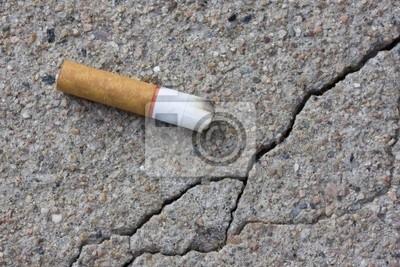 Zigarettenstummel auf einem Bürgersteig