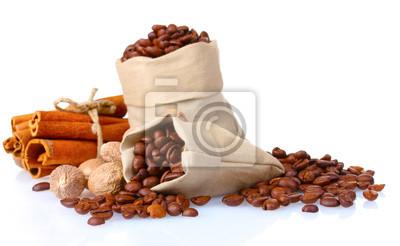 Zimt, Kaffee und Muskat isoliert auf weiß