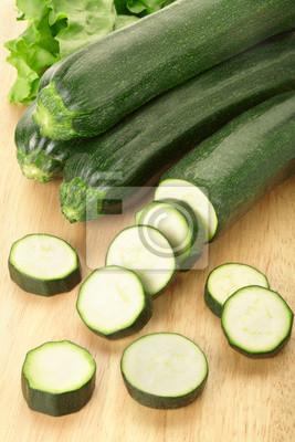 Zucchini oder Zucchini in Scheiben geschnitten auf Schneidebrett