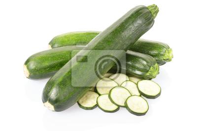 Zucchini oder Zucchini in Scheiben geschnitten auf weiß, Clipping-Pfad i