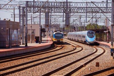 Fototapete Zug auf der Plattform des Bahnhofs in Gdynia, Polen.