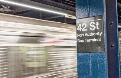 Fototapete Zug beschleunigt in New York U-Bahn. 42 st