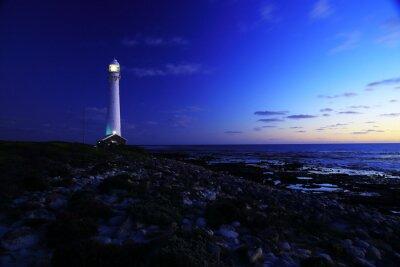 Fototapete Zum Leuchtturm / Eine Abendansicht des Slangkop Leuchtturms mit Felsen und Wolken