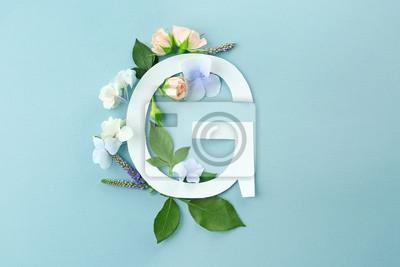 Zusammensetzung mit Buchstaben G und schönen Blumen auf Farbhintergrund