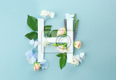 Zusammensetzung mit Buchstaben H und schönen Blumen auf Farbhintergrund