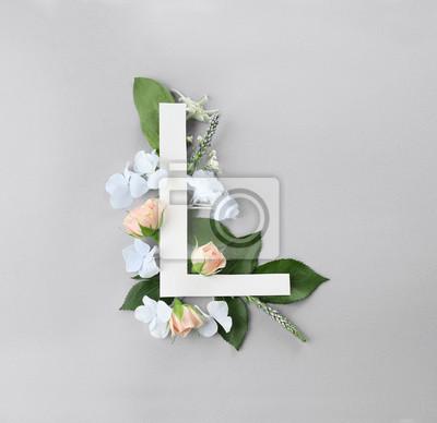 Zusammensetzung mit Buchstaben L und schönen Blumen auf Farbhintergrund