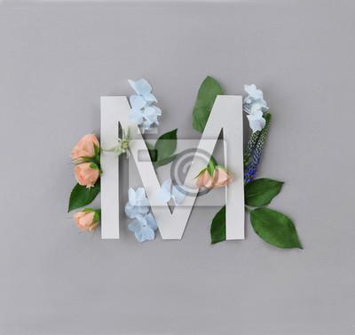 Zusammensetzung mit Buchstaben M und schönen Blumen auf Farbhintergrund