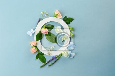 Zusammensetzung mit Buchstaben O und schönen Blumen auf Farbhintergrund
