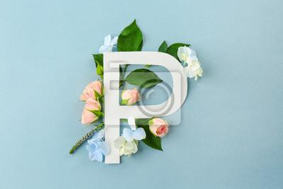 Zusammensetzung mit Buchstaben P und schönen Blumen auf Farbhintergrund