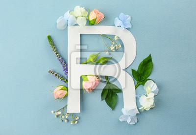 Zusammensetzung mit Buchstaben R und schönen Blumen auf Farbhintergrund