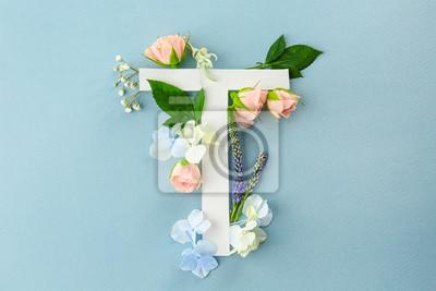 Zusammensetzung mit Buchstaben T und schönen Blumen auf Farbhintergrund