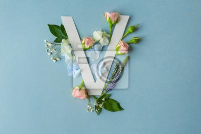 Zusammensetzung mit Buchstaben V und schönen Blumen auf Farbhintergrund