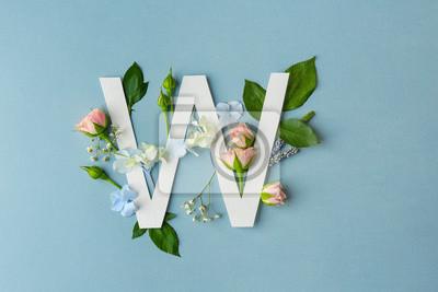 Zusammensetzung mit Buchstaben W und schönen Blumen auf Farbhintergrund