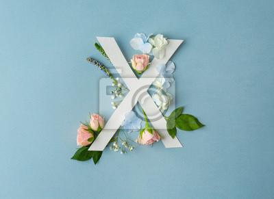 Zusammensetzung mit Buchstaben X und schönen Blumen auf Farbhintergrund