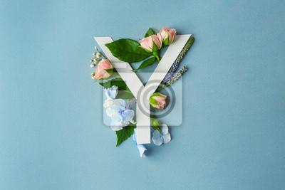 Zusammensetzung mit Buchstaben Y und schönen Blumen auf Farbhintergrund