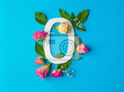 Zusammensetzung mit Nr. 0 und schönen Blumen auf Farbhintergrund