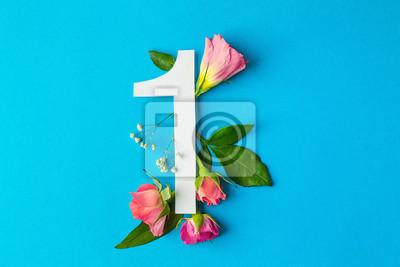 Zusammensetzung mit Nr. 1 und schönen Blumen auf Farbhintergrund