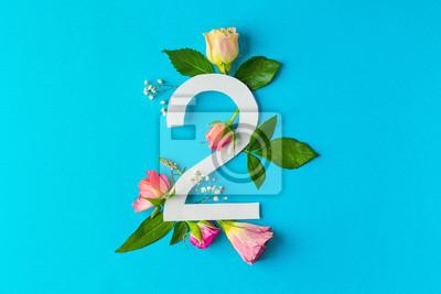 Zusammensetzung mit Nr. 2 und schönen Blumen auf Farbhintergrund