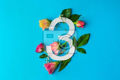 Zusammensetzung mit Nr. 3 und schönen Blumen auf Farbhintergrund
