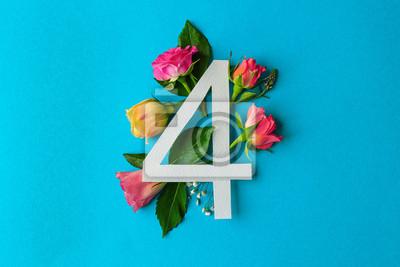 Zusammensetzung mit Nr. 4 und schönen Blumen auf Farbhintergrund