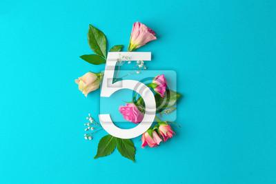 Zusammensetzung mit Nr. 5 und schönen Blumen auf Farbhintergrund