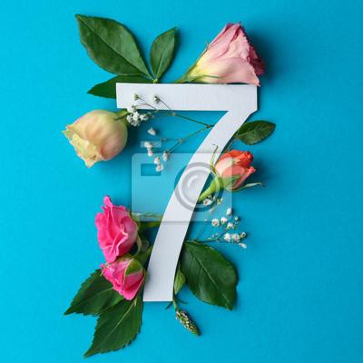 Zusammensetzung mit Nr. 7 und schönen Blumen auf Farbhintergrund