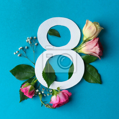 Zusammensetzung mit Nr. 8 und schönen Blumen auf Farbhintergrund