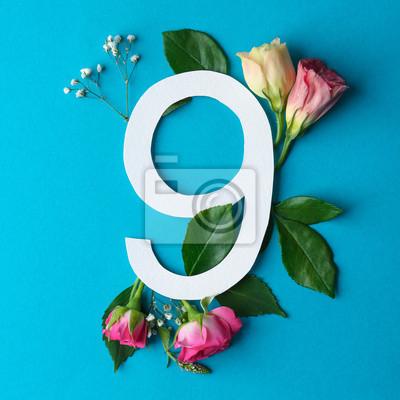 Zusammensetzung mit Nr. 9 und schönen Blumen auf Farbhintergrund